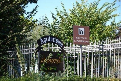 cancello cartello informazioni
