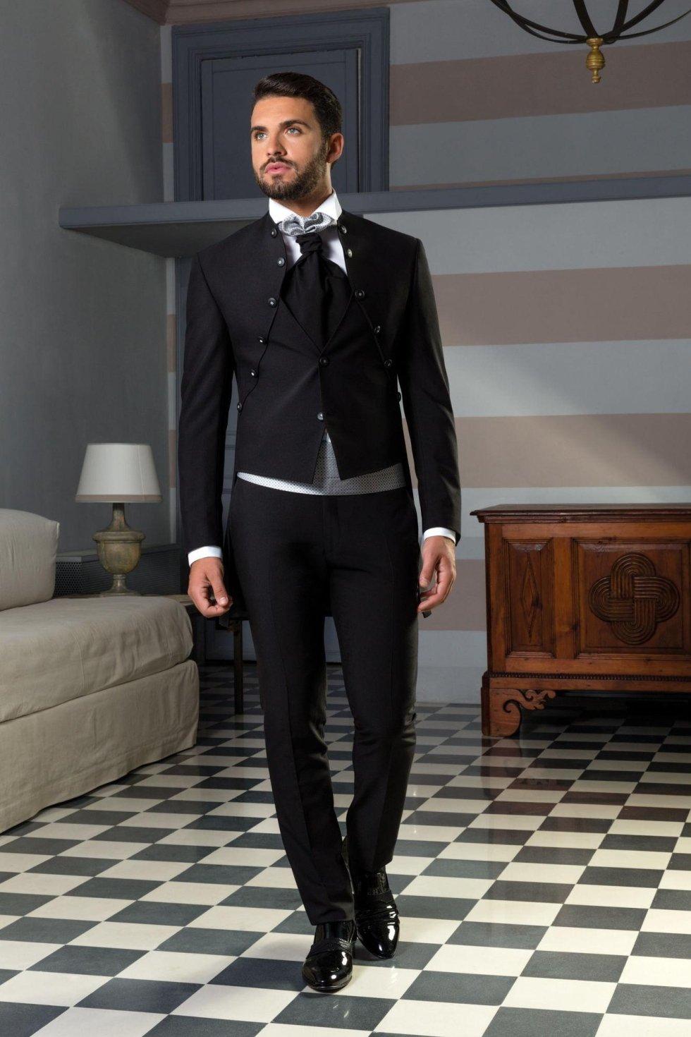 Vestito da sposo nero con giacca redingote, gilet incorporato e fascia fantasia