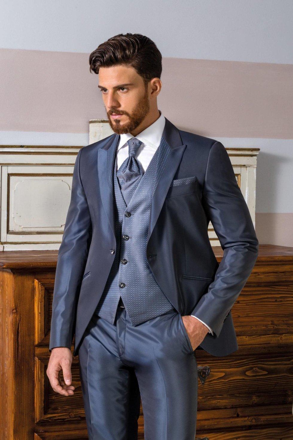 Vestito da sposo coordinato giacca stondata con profili revers e bottoni swarovski