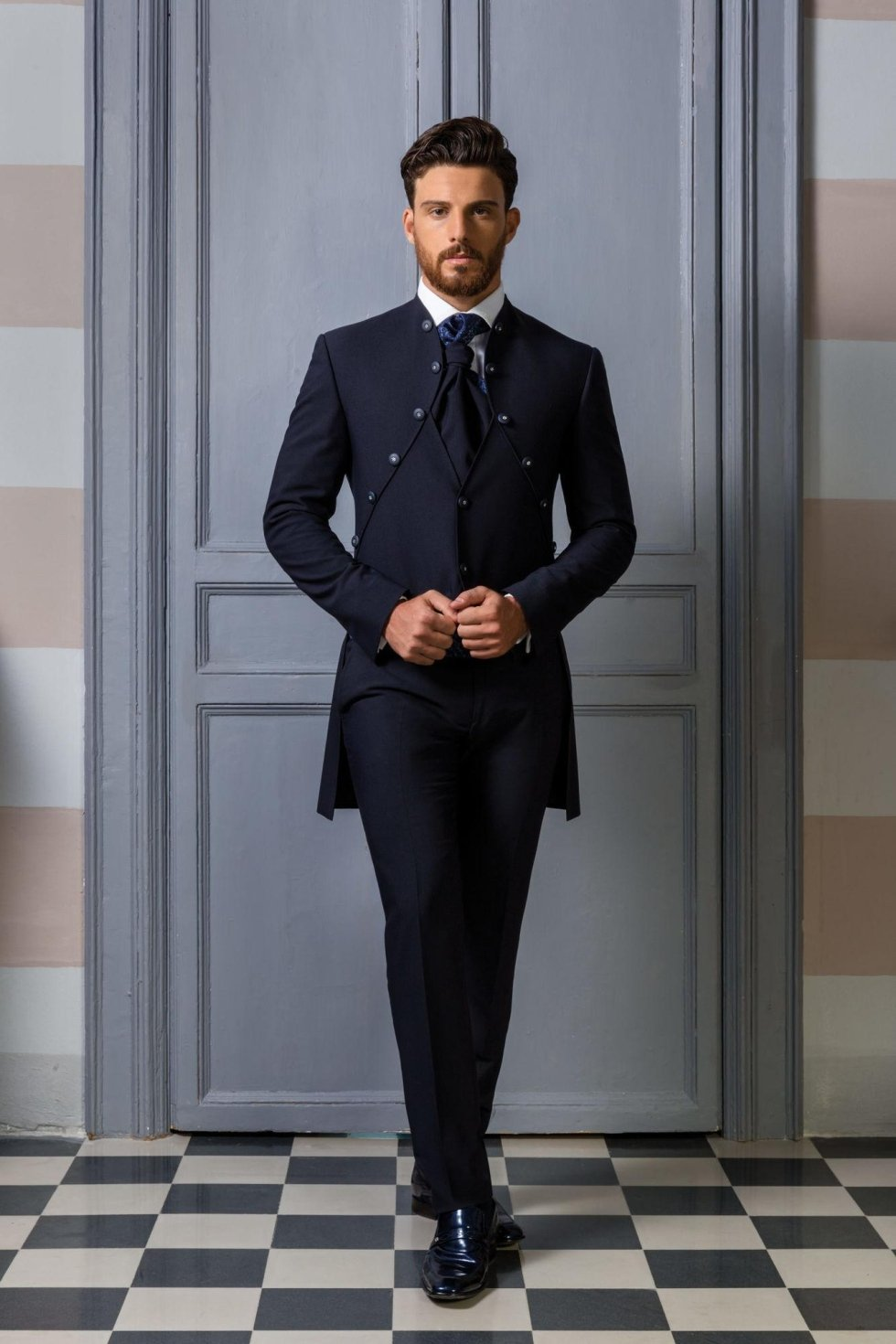 Abito da sposo coordinato blu con giacca redingote e gilet incorporato