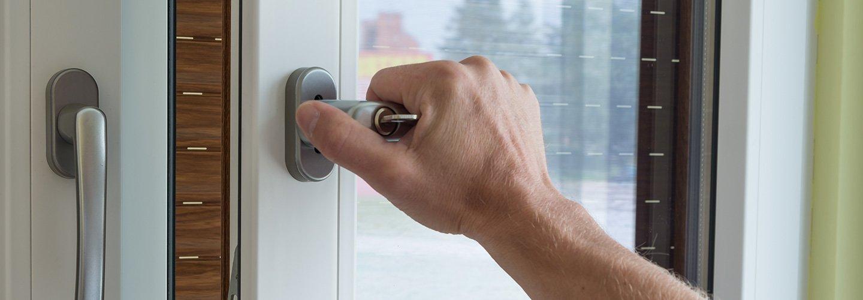 Mano maschile sta aprendo una porta in alluminio a Montemurlo