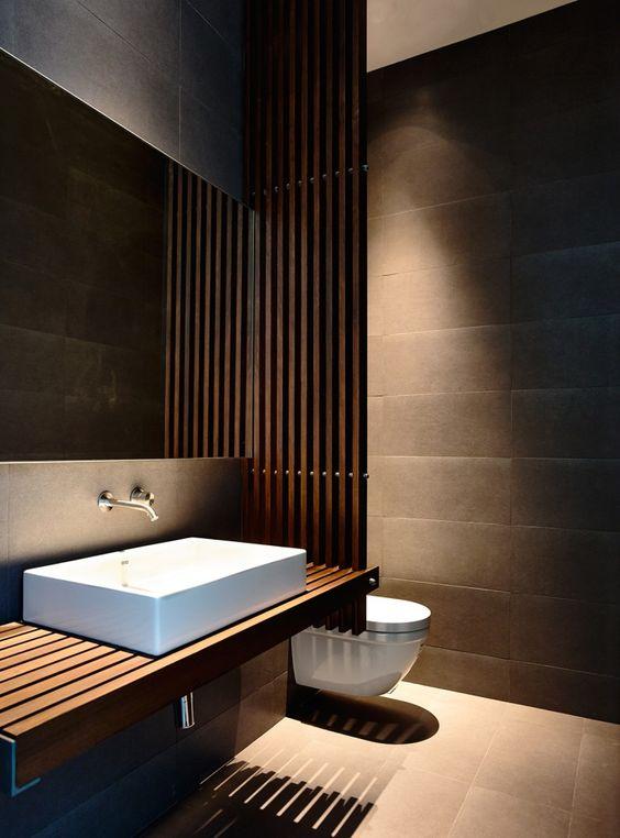 bagno in legno scuro