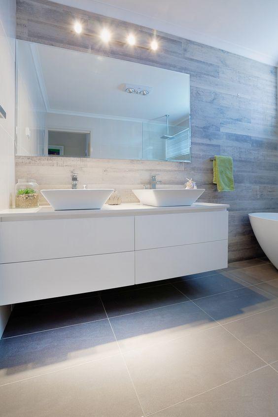 bagno con due lavandini bianchi