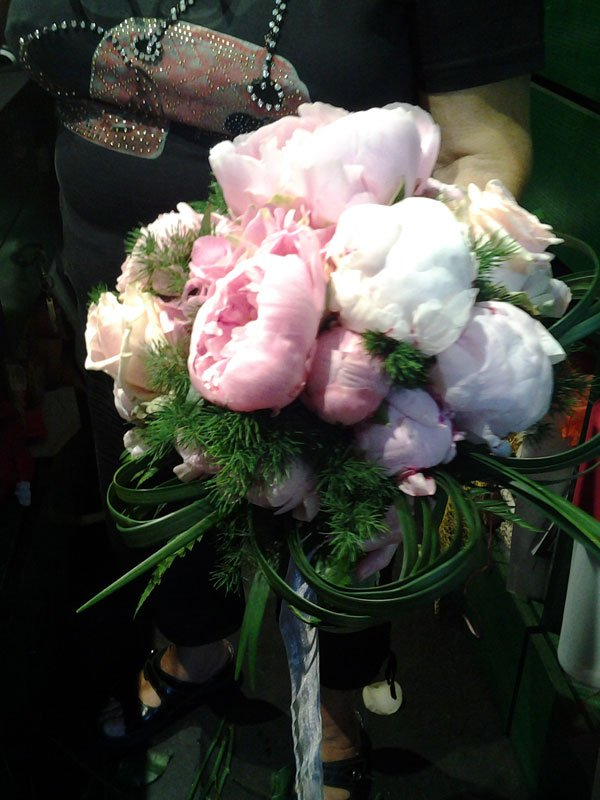 un bouquet di rose di color rosa e bianco