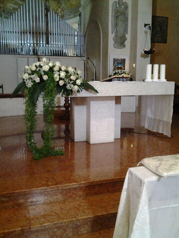 un bouquet di rose bianche all'interno di una chiesa