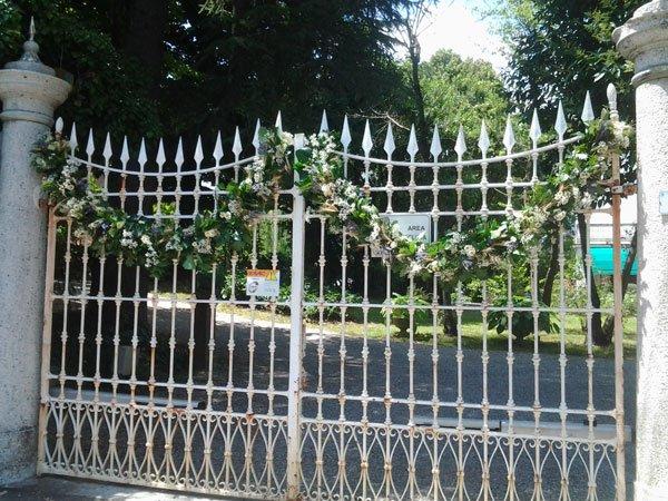 un cancello con una ghirlanda