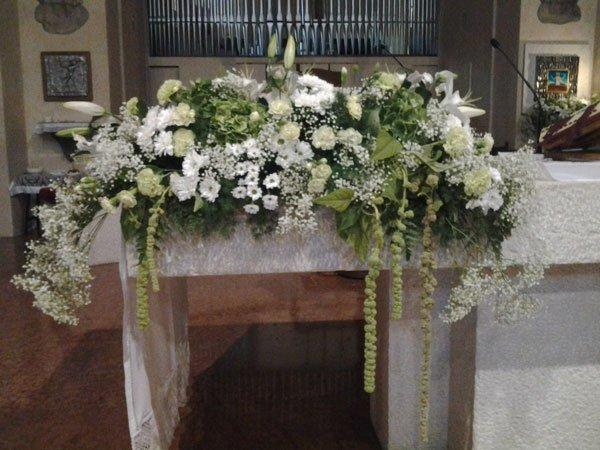 un bouquet con dei fiori di color bianco all'interno di una chiesa