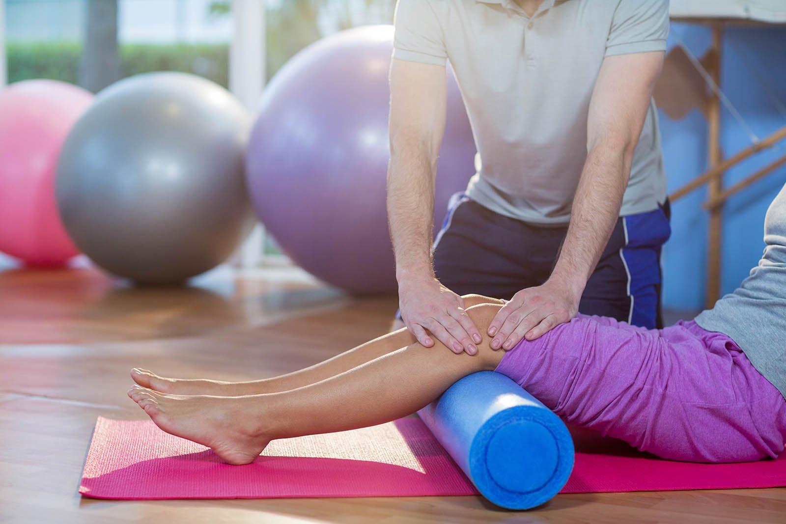 Paziente ricevendo le cure nelle ginocchia