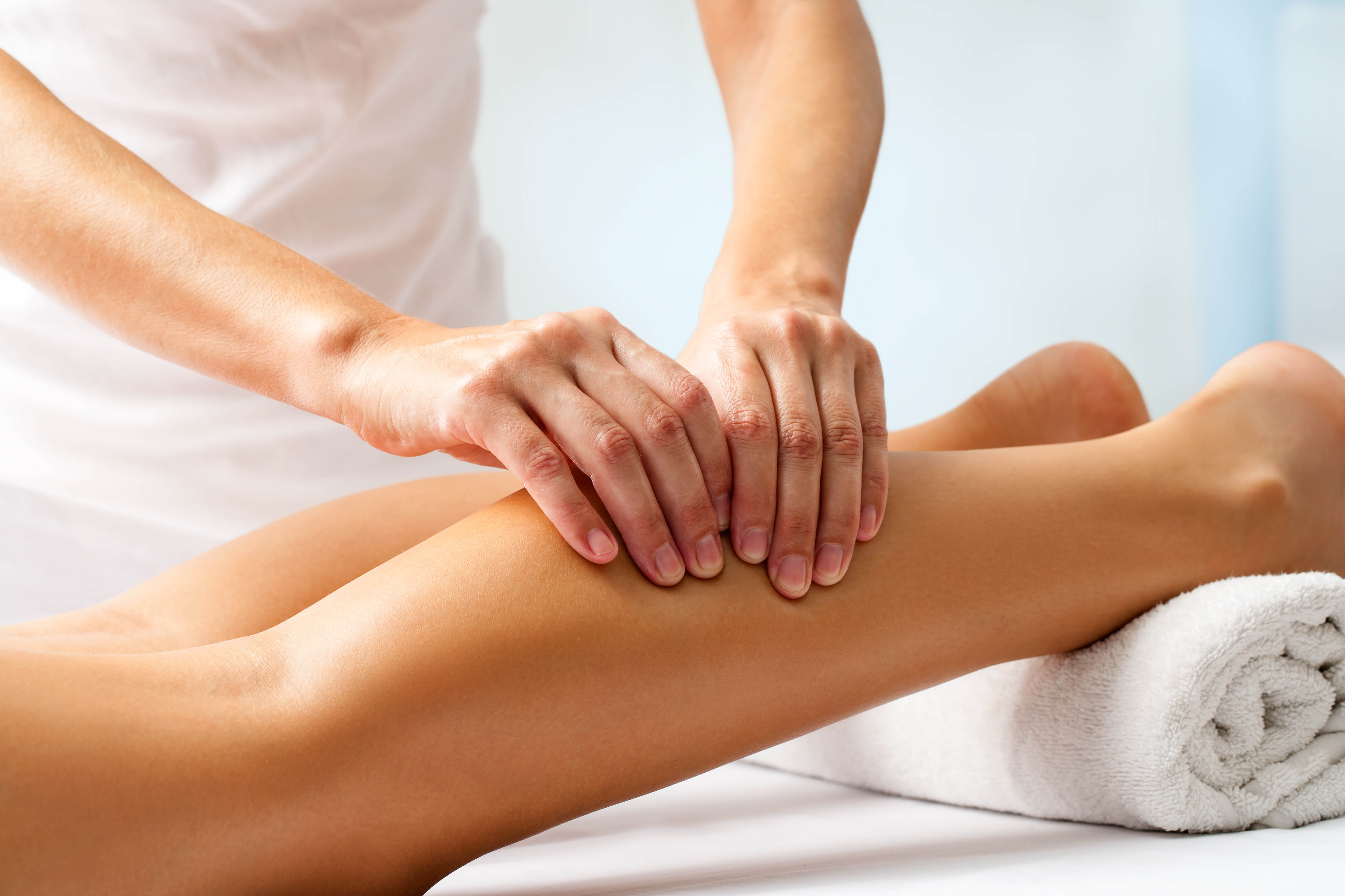 Paziente ricevendo massaggio nelle gambe