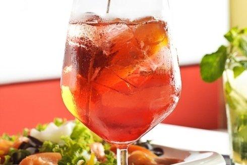 Disponibili bevande ed antipasti per aperitivi sfiziosi.