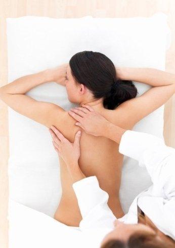 Il personale del centro esegue massaggi e trattamenti volti a rassodare il corpo.