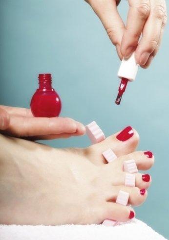 I professionisti del centro eseguono pedicure e manicure con ricostruzione unghie.