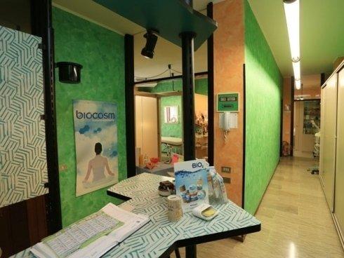 Attraverso i prodotti naturali di Biocosm lo staff del centro estetico dona lucentezza alla tua pelle.