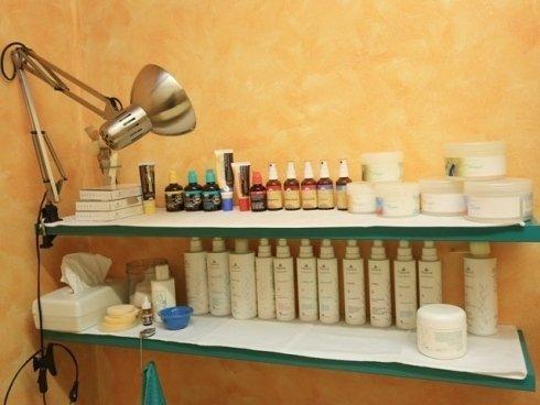 Gli estetisti del centro utilizzano prodotti professionali per valorizzare la bellezza e la grana della pelle.
