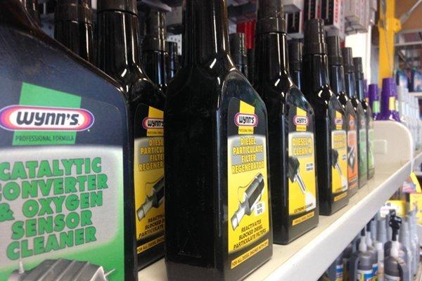 Confezioni di olio per auto esposti in uno scaffale