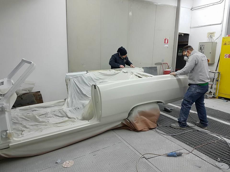 operai mentre lavorano in officina per Restauro auto d'epoca
