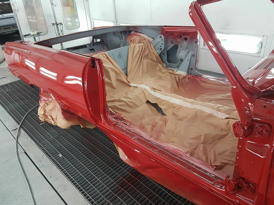 restauro automobile in una officina