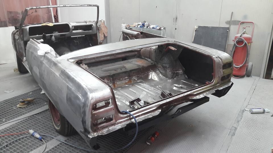 restauro auto d'epoca in una officina