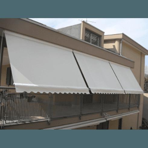Casa con tende parasole in terrazzo