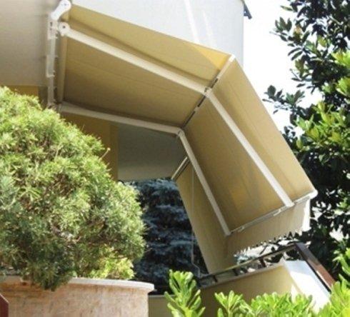 Vista laterale di una tenda parasole per esterni