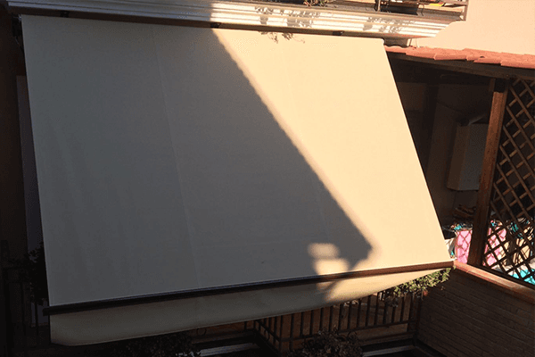 Dettaglio del primo piano di una tenda parasole beige
