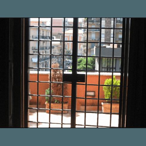 Grata d'accesso a un terrazzo