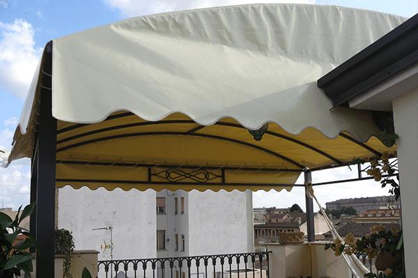 Veranda con struttura in ferro battuto