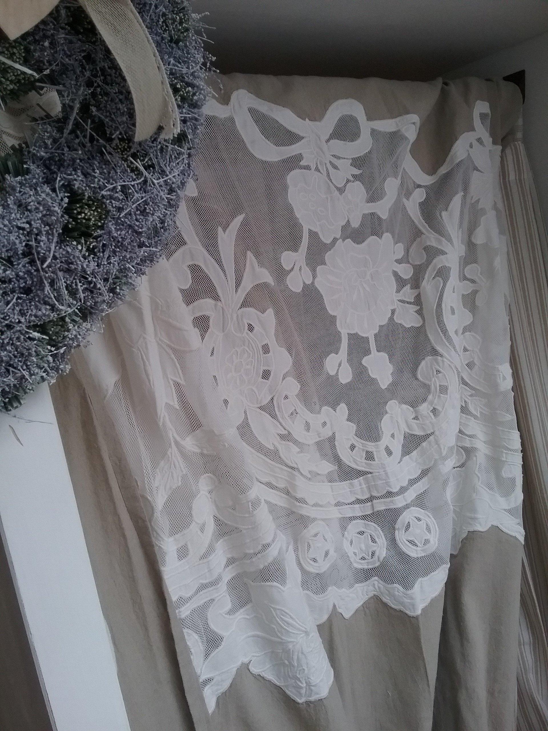 Tenda rosa trasparente con decorazioni bianche