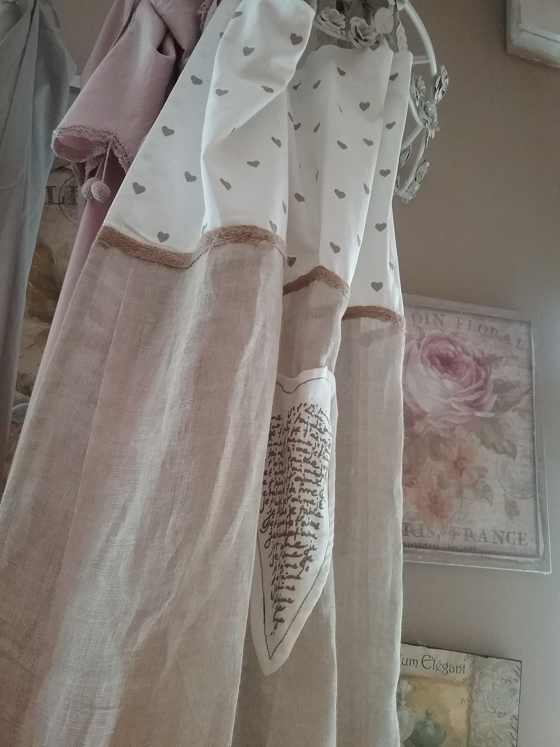 Tenda rosa con decorazioni bianche