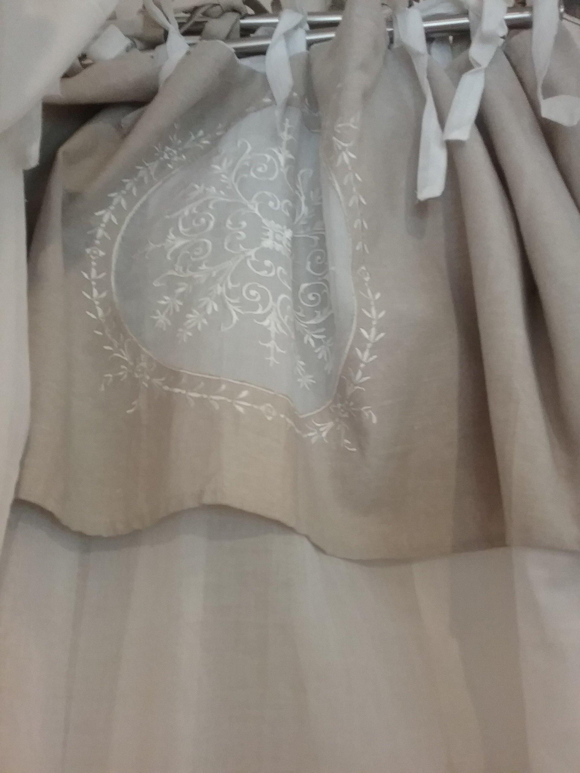 Tenda rosa antico con decorazioni bianche
