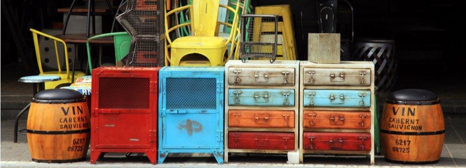 mobili vintage in un mercatino delle pulci