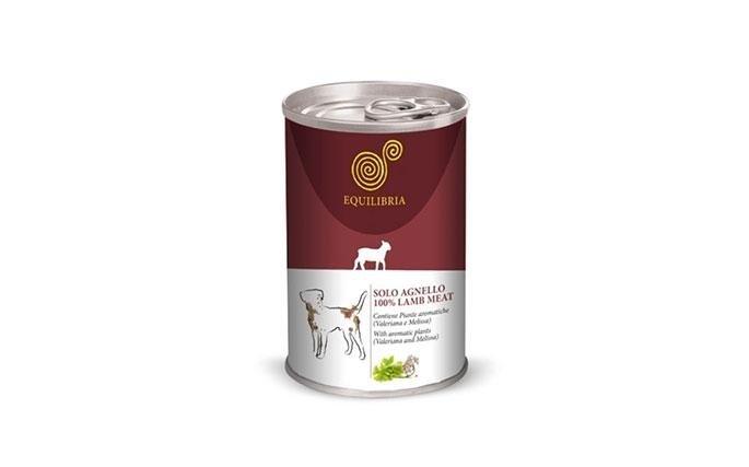 Solo Agnello Dog 410 gr Composizione: Carni e derivati (solo agnello), sostanze minerali, zuccheri, erbe aromatiche (valeriana, melissa e triptofano). Additivi nutrizionali: Vitamina A 1.220 UI/kg, Vitamina D3 150 UI/kg, Vitamina E 11 mg/ kg, Taurina 490 mg/kg, Solfato rameico pentaidrato 4,8mg/kg (Cu 1,2 mg/kg). Umidità 81,0%. Componenti analitici: proteina 6,5%, Fibra grezza 0,5%, tenore in materia grassa 4,5%, residuo incenerito 2%. Razione giornaliera: Somministrare circa 400 gr di prodotto al giorno ogni 5 o 6 kg di peso corporeo. Servire a temperatura ambiente. Le quantità raccomandate sono indicative per animali adulti in buone condizioni di salute e con attività fisica regolare. Servire a temperatura ambiente. La confezione aperta va conservata in frigorifero.