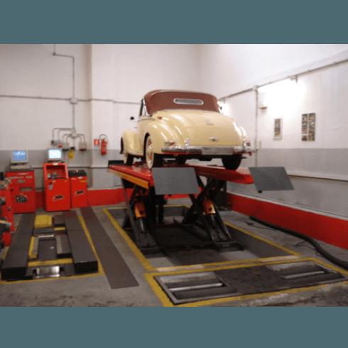 auto d'epoca sollevata sul pianale