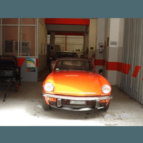 auto sportiva arancione nell'officina