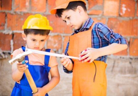 bambini giocano con attrezzi per la costruzione a Staranzano