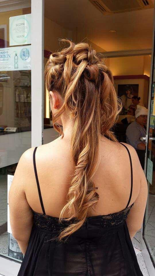 una ragazza con capelli castani con meches bionde vista da dietro