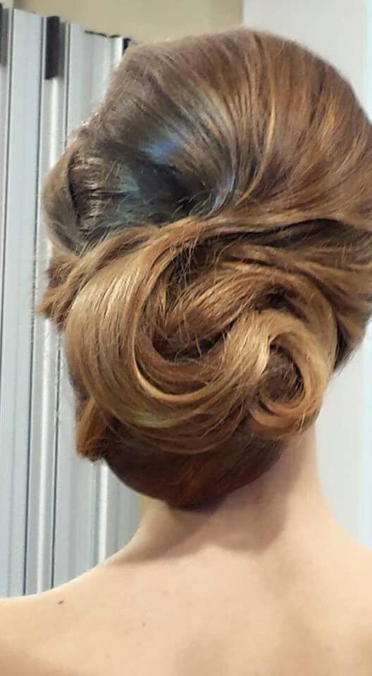 una ragazza con capelli castani chiari raccolti vista da dietro