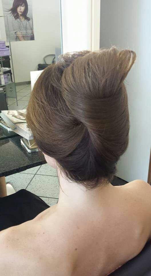 una ragazza con capelli castani raccolti dietro