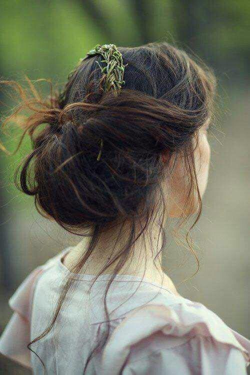 una ragazza con capelli neri raccolti dietro e con meches castane