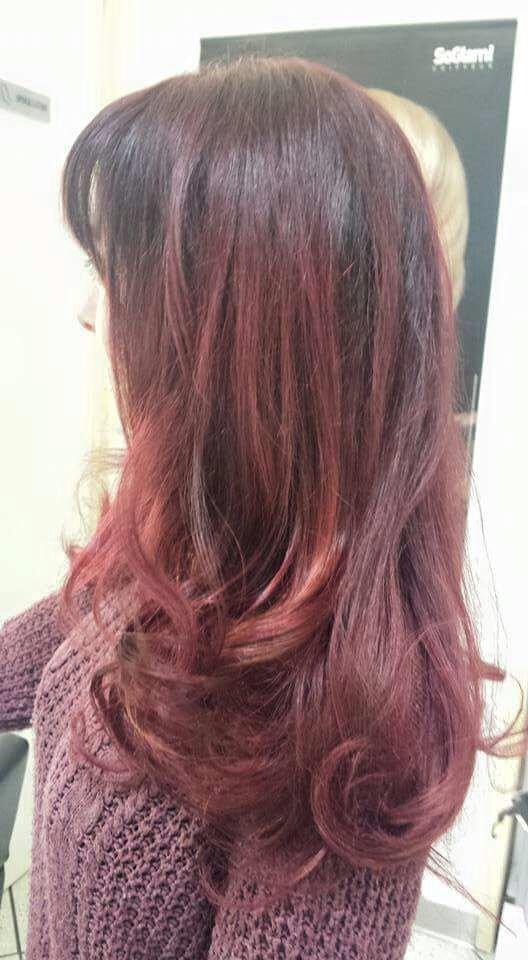 una donna con capelli lunghi neri con meches rosse
