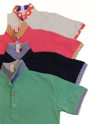 Quattro magliette a collo di vari colori combinati:marrone chiaro,nero,rosso e verde