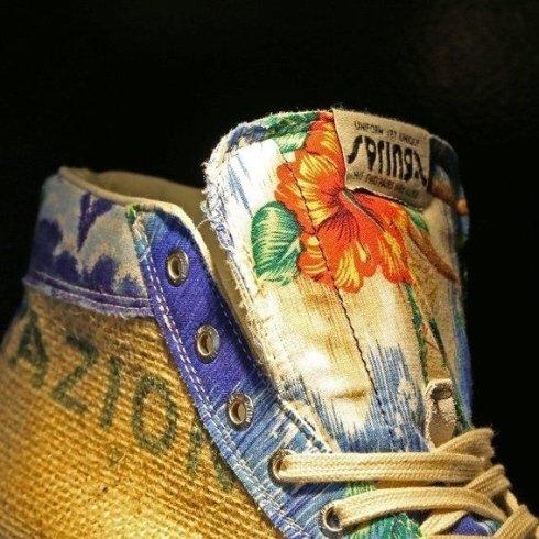 Primo piano de un scarpa sportivo di progettazione combinando i colori blu,giallo e hibiscus rossi