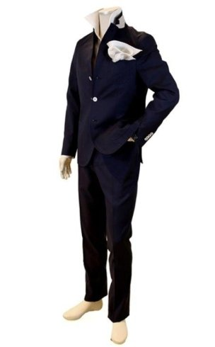 Insieme di abbigliamento per uomo: pantaloni e camicia neri con un fazzoletto bianco come dettaglio
