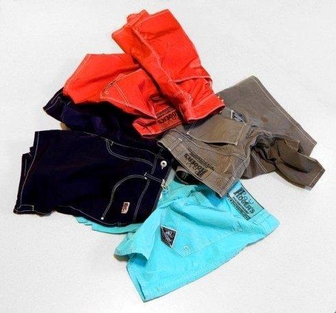 Quattro pantaloncini di vari colori: azzurro cielo,nero,marrone e rosso
