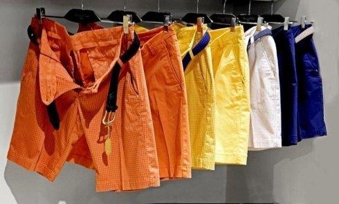 Sette pantaloncini impiccando di colore arancio,giallo,blu e bianco