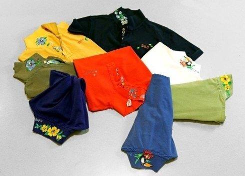 Sei magliette a collo di diversi colori: blu marino,blu,rosso,giallo,verde e nero