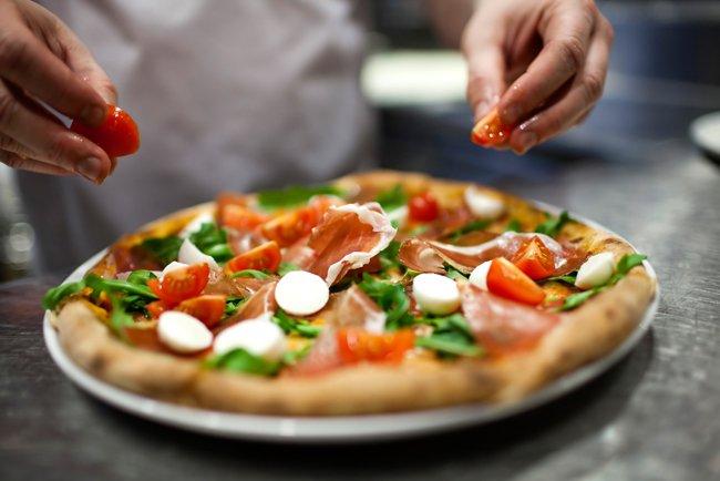 pizza con mozzarella e verdure fresche