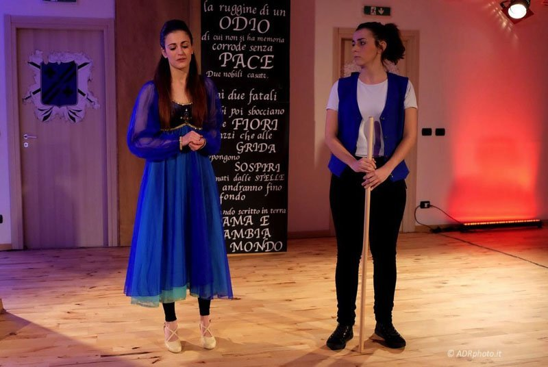 attori teatrali durante una esibizione