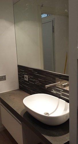 un bagno con un lavabo e dei mobili marroni