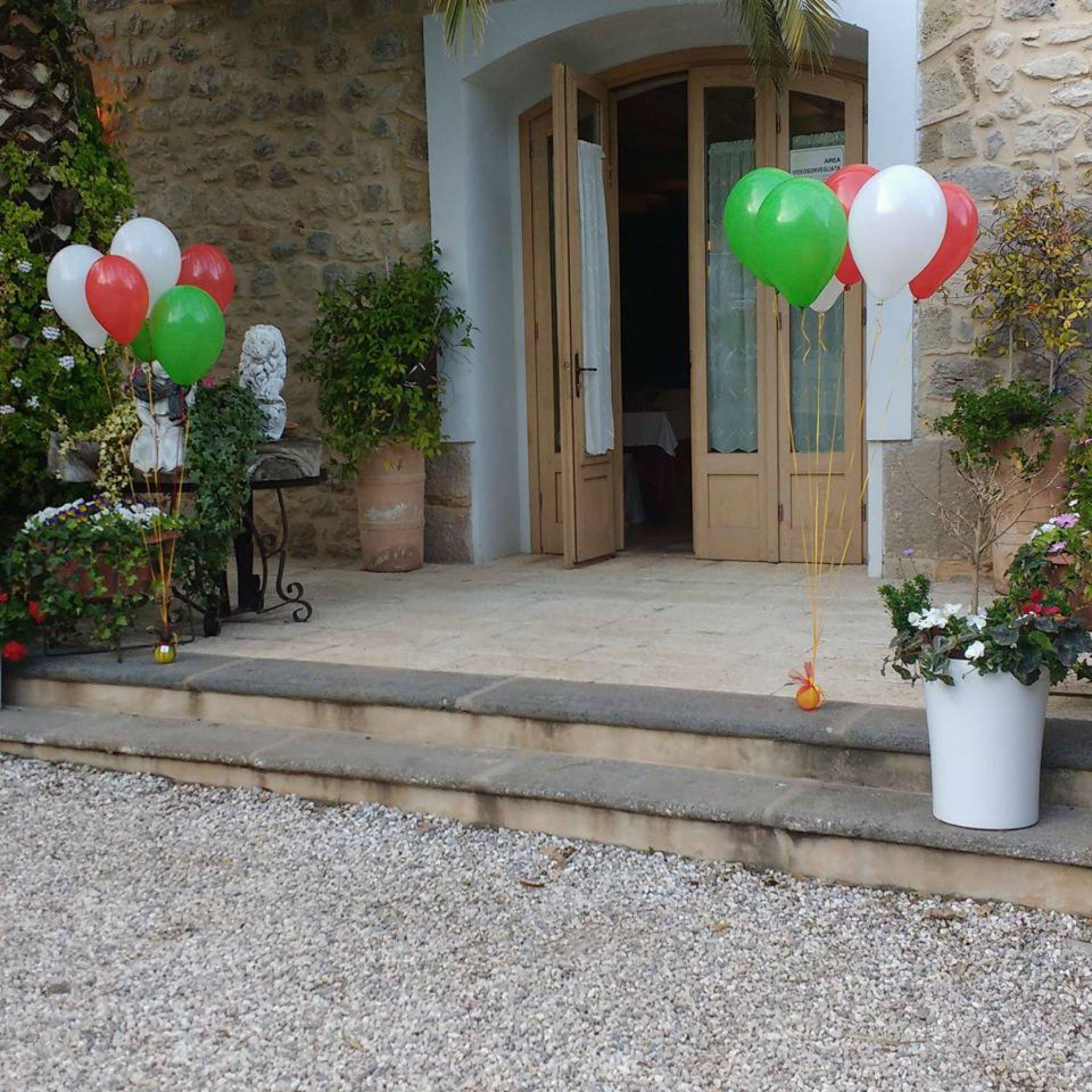 Dei palloncini colorati vicino alla porta d'ingresso di una villa